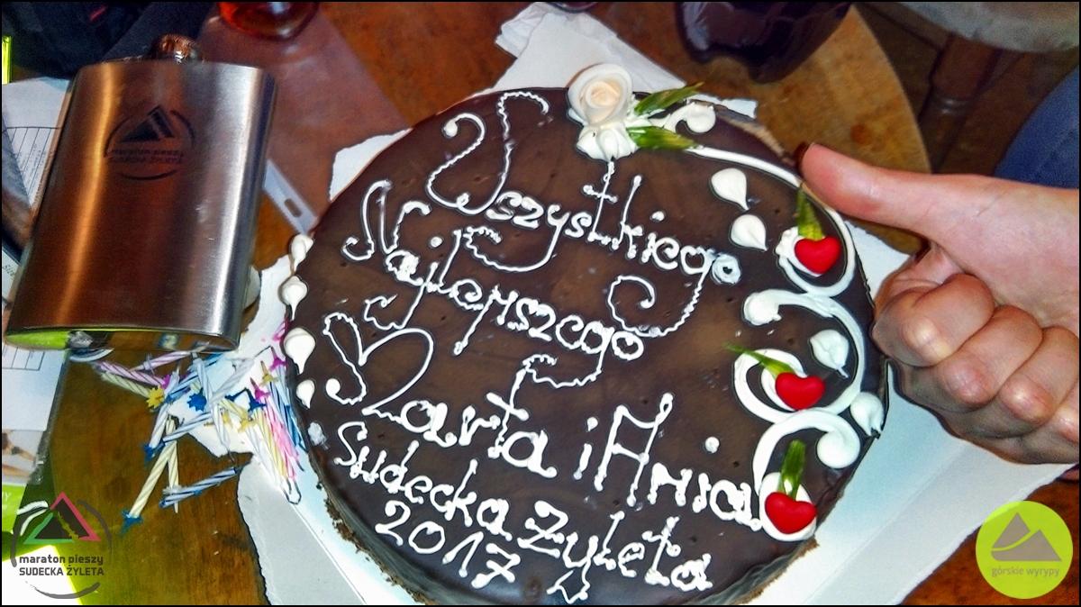 """2. Maraton Pieszy Sudecka Żyleta - tort urodzinowy dla wolontariuszy maratonu, Schronisko """"Sowa"""" wGórach Sowich"""