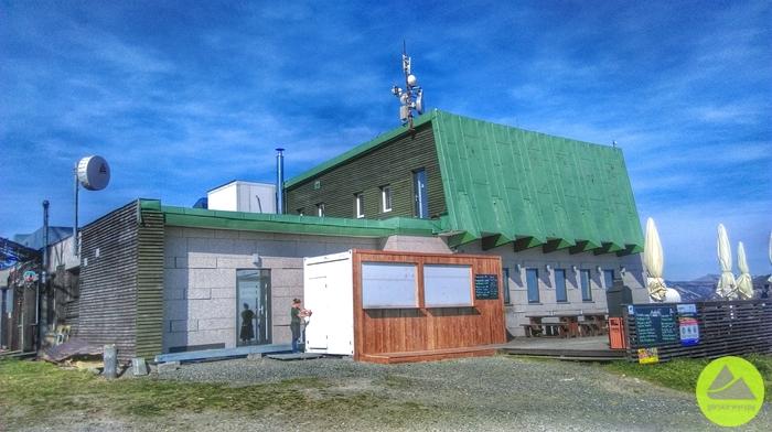 Medvedin - szczyt; bufet orazsklep wzabudowie naszczycie