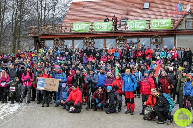 """górskie wyrypy, 4. Maraton Pieszy """"Sudecka Żyleta"""", uczestnicy na starcie w Łomnicy"""