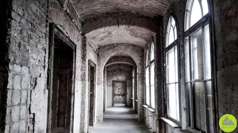 """""""Pałac"""" w Mokrzeszowie, górskie wyrypy"""