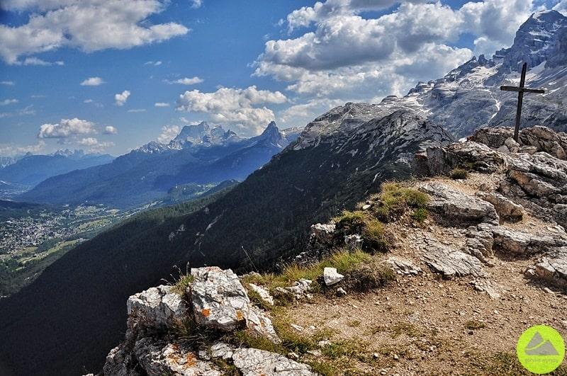 ze szczytu col rosa w dolomitach widać miasto cortina d'ampezzo i tofany