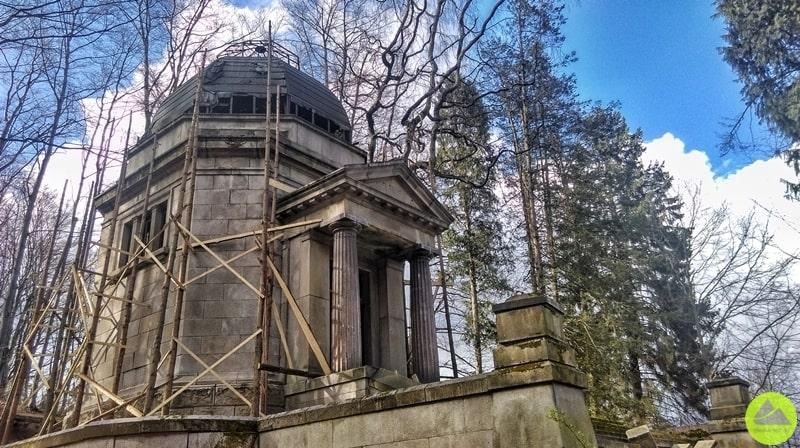 mauzoleum w górach kaczawskich w remoncie