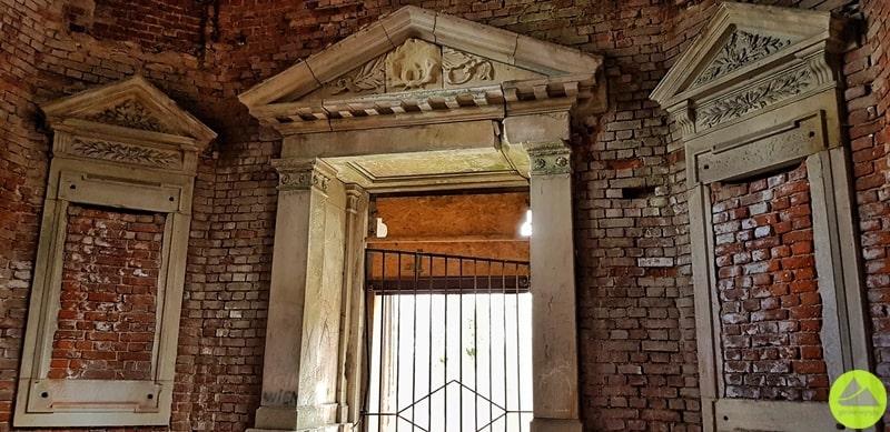 zabytkowy portal w mauzoleum w maciejowej