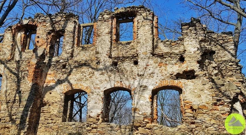 ściana północna ruiny zamku wrybnicy