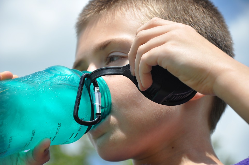 butelka filtrująca wgóry