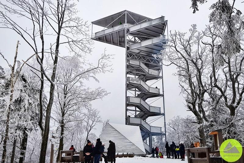 nowoczesna wieża widokowa natrójgarbie wgórach wałbrzyskich
