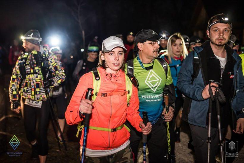 Uczestnicy na starcie maratonu pieszego